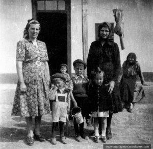 La 2 ani, la Grindu. Pe prispa e bunica Alexandrina, iar in spatele meu e mama