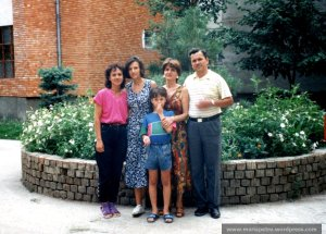 Noi cu Mariana, sora lui Nae, in curtea blocului, 1994